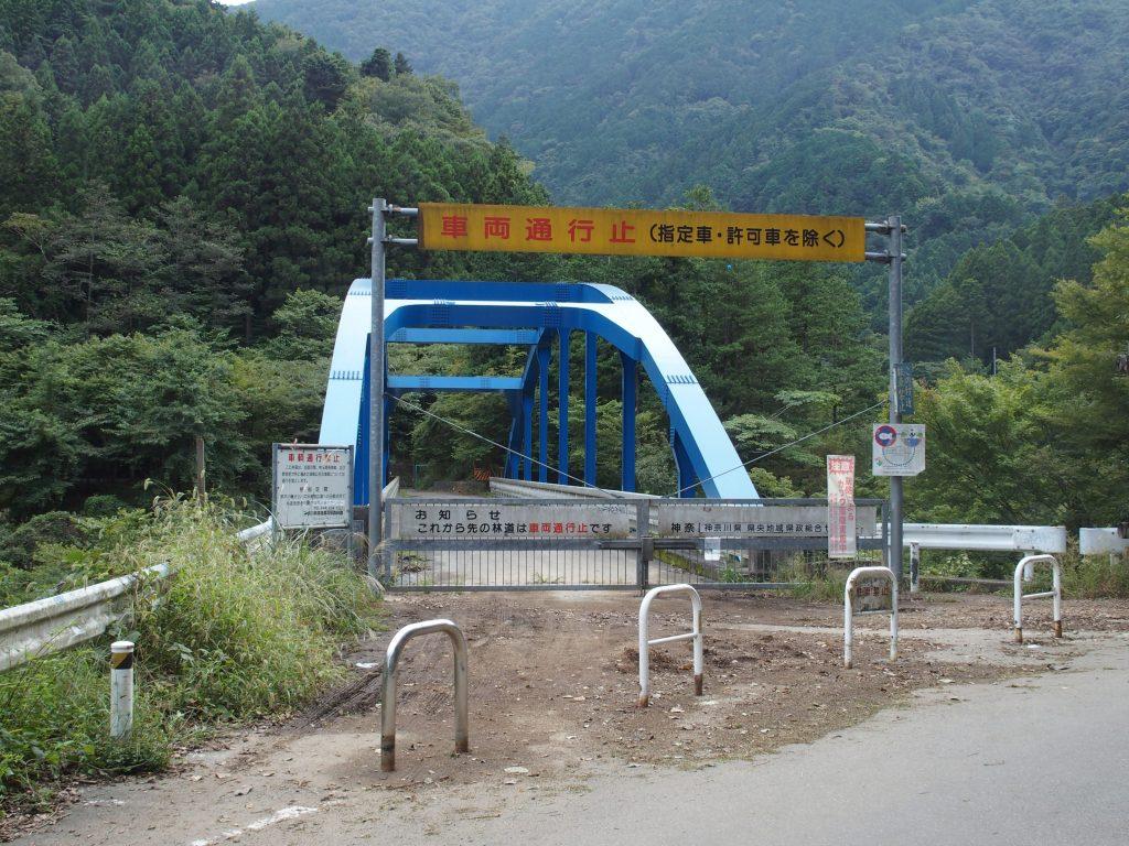 対岸へ渡る林道の橋はゲートで封鎖