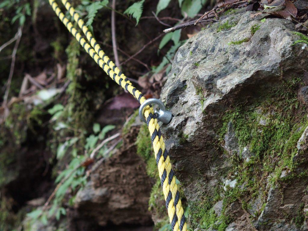 桟道沿いの崖にかけられたロープ