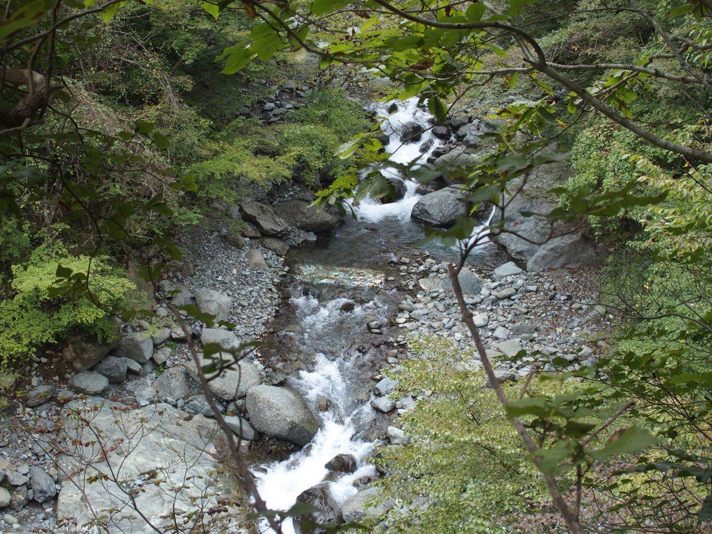 これから降下する河原を見下ろす