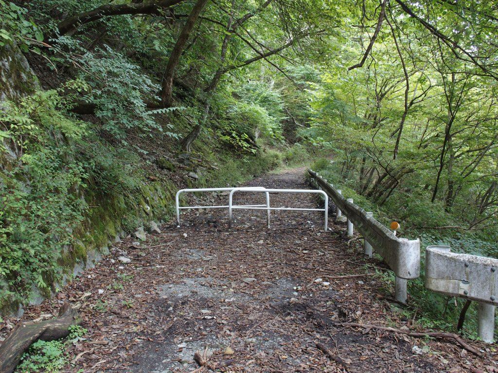 林道がダートになってすぐに車止め