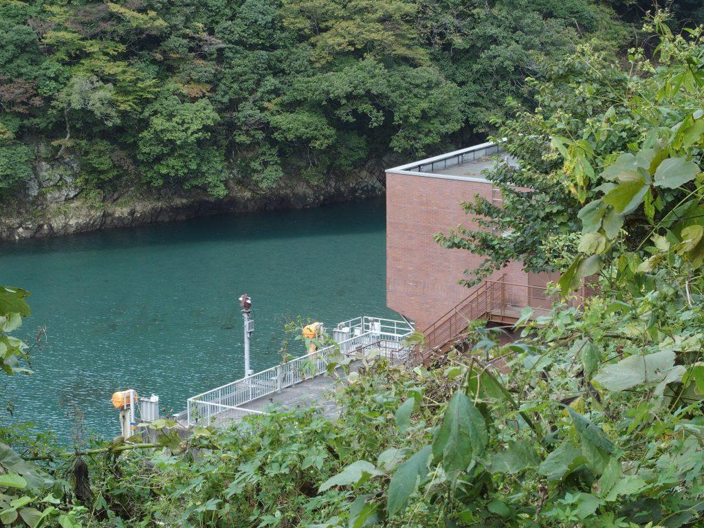 道志川沿いに取水口の建物