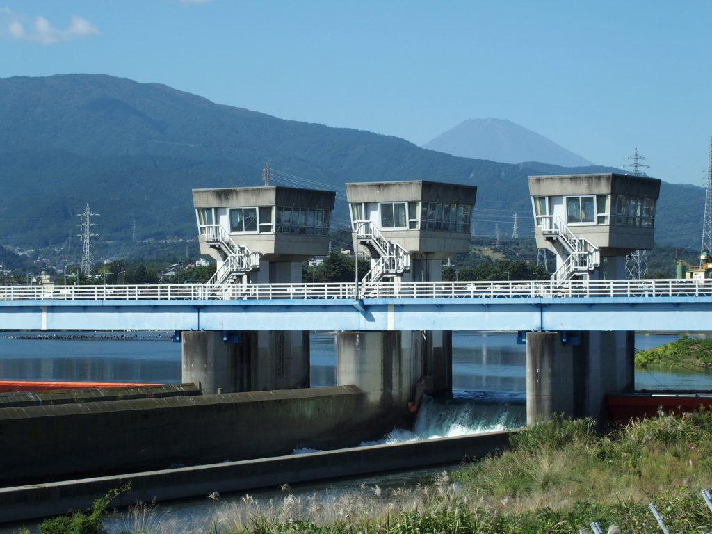 堰の後ろに富士山が望める