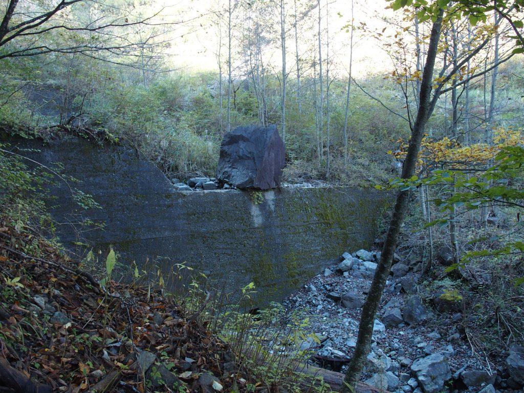 堰堤に巨岩が引っかかっている