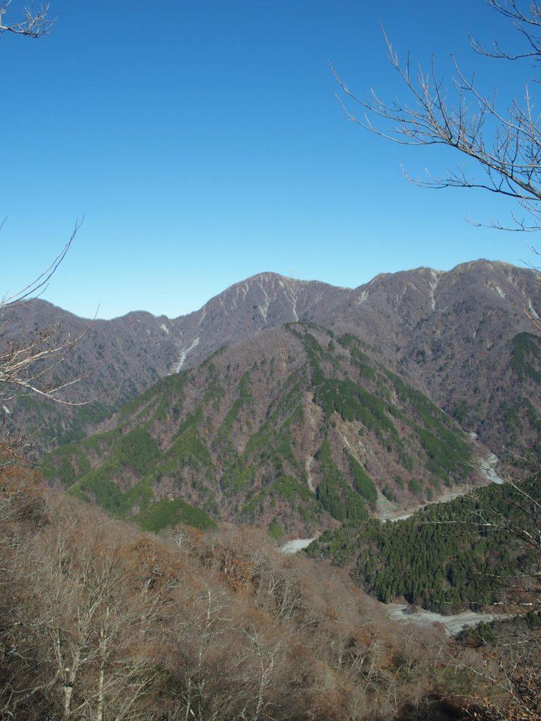 谷が深い丹沢らしい眺め