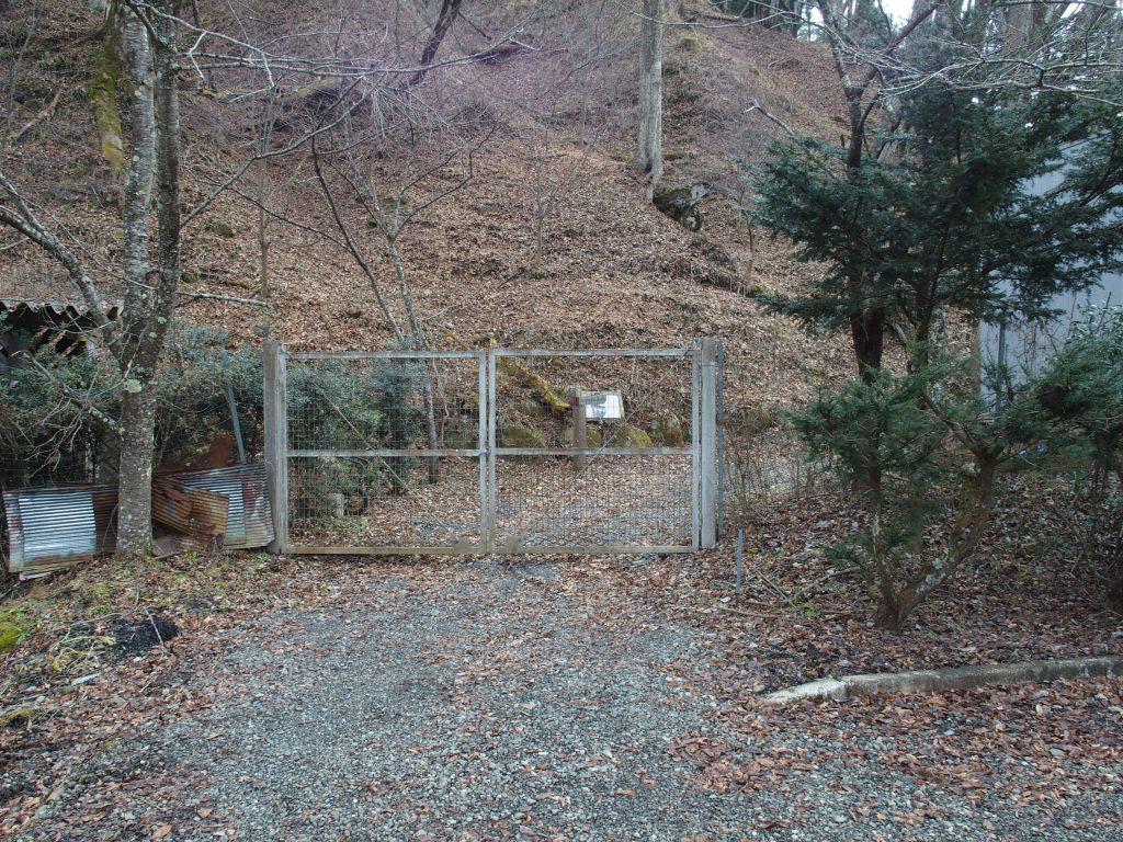 登山道入口のゲート