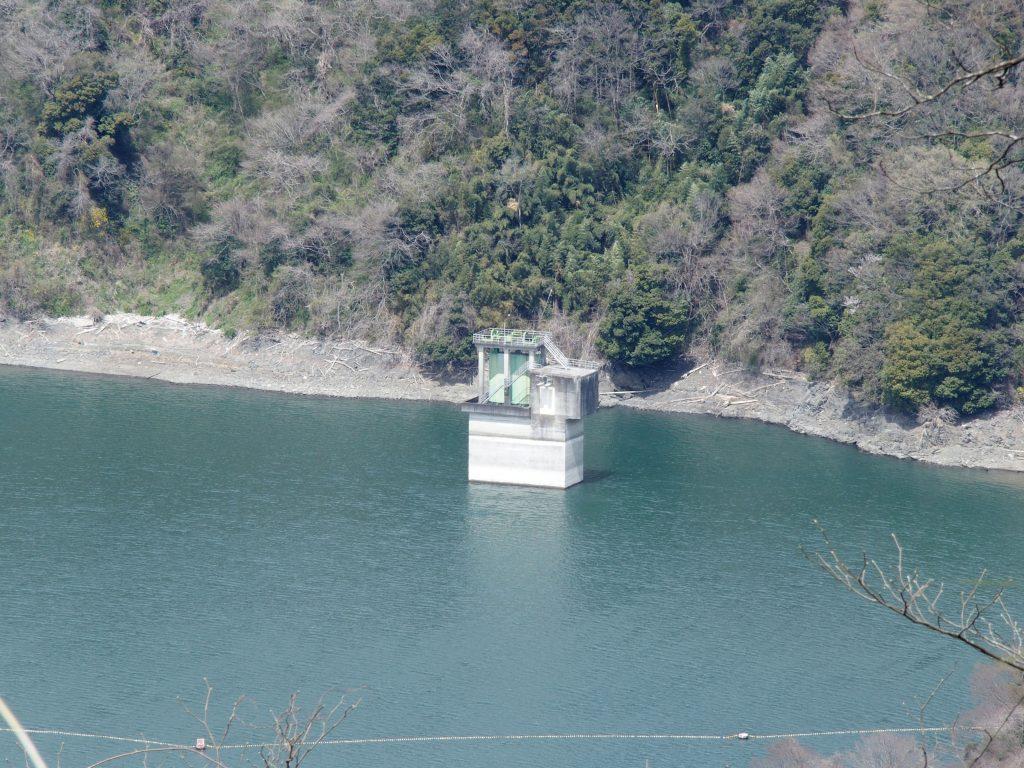 塔の下が城山発電所地下とつながっている