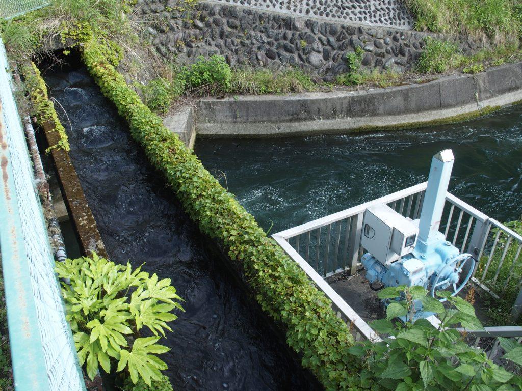 福澤第1発電所直下でクロスする水路