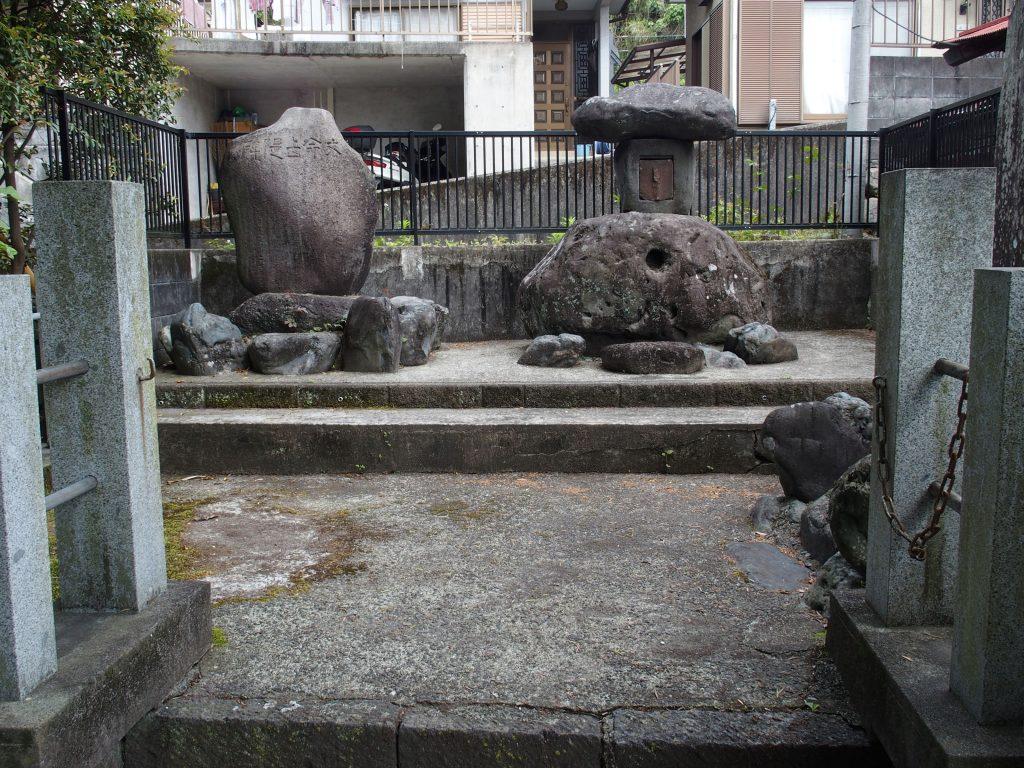 住宅の中に石碑がある