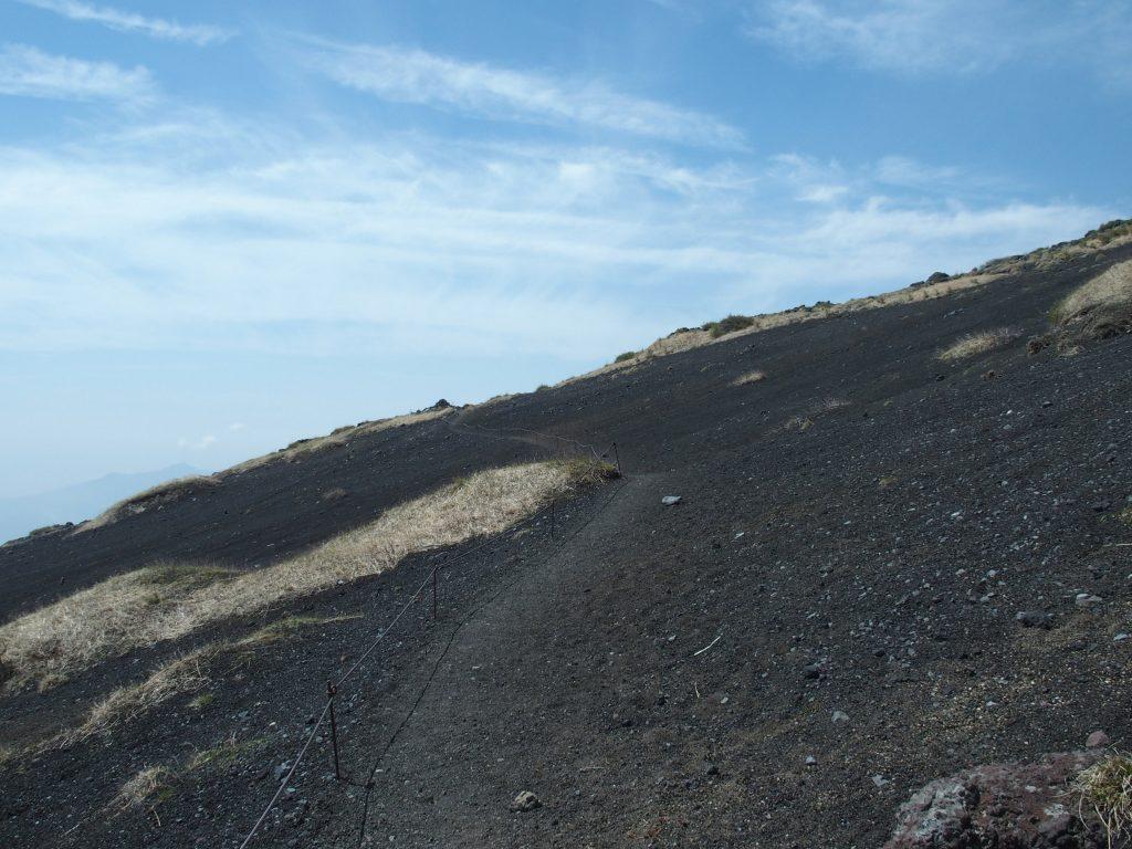 火山礫の斜面にロープが続く