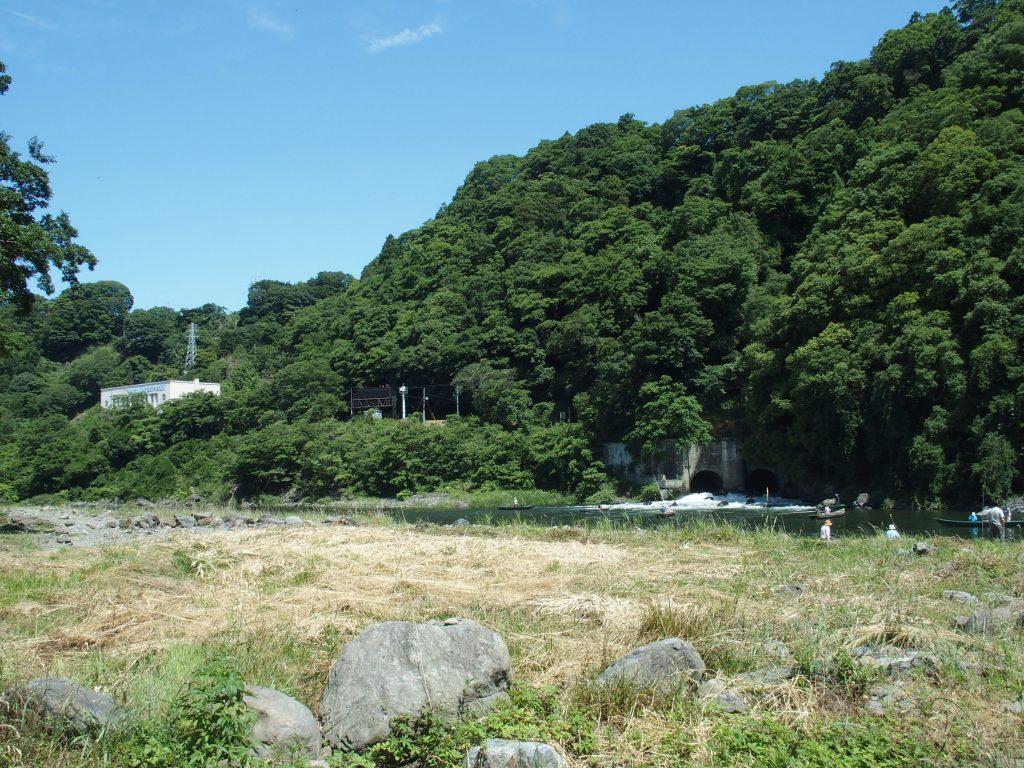 相模川の河原から発電所が見える