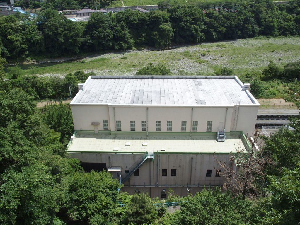 素っ気ない建屋の背面