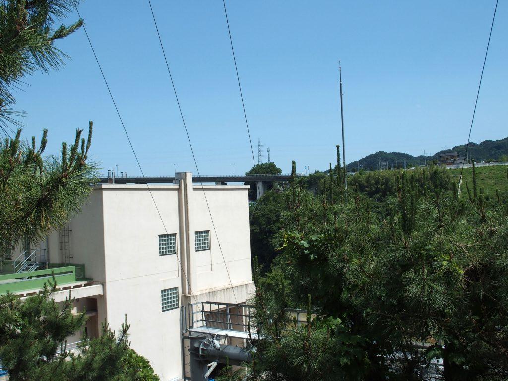 送電線が上部の鉄塔に上がっている