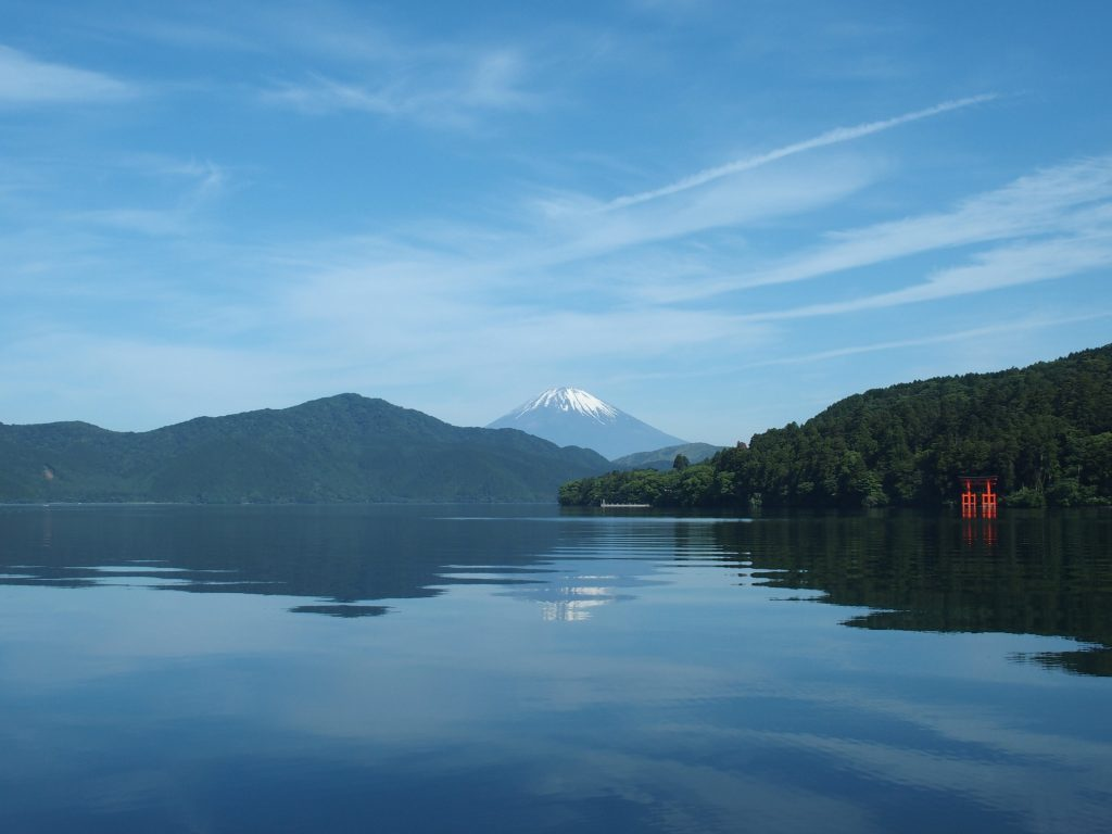 神社の鳥居、湖水、そして富士山