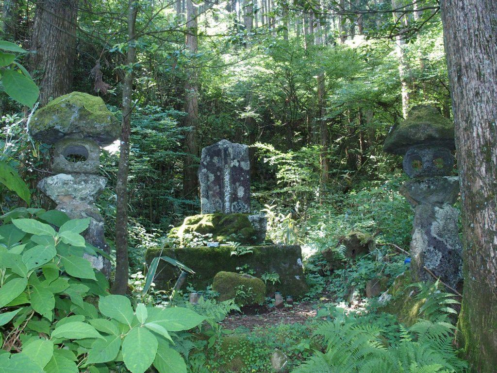 北伊豆地震の慰霊碑がひっそり