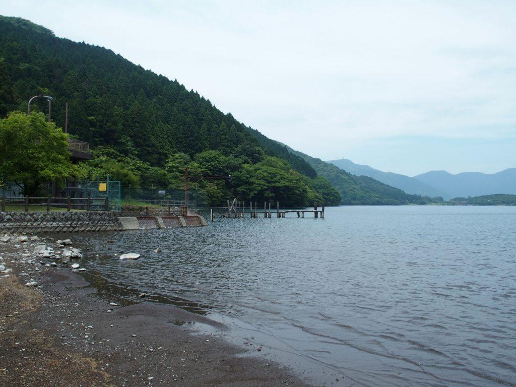 深良水門から湖尻水門が見える