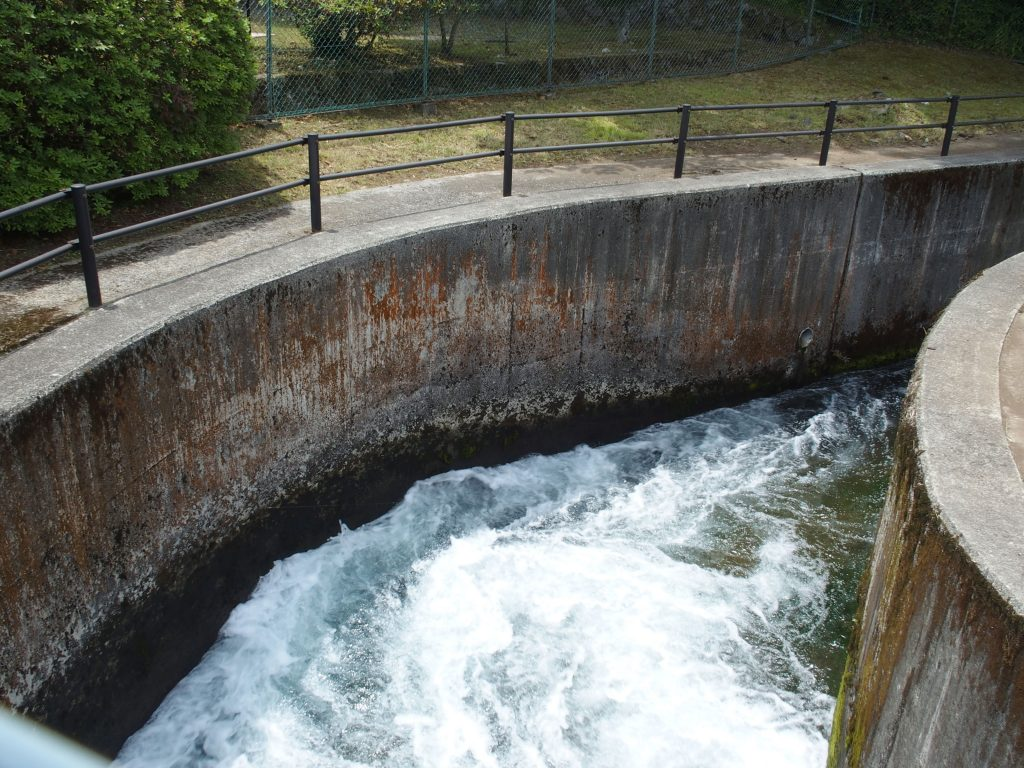 トンネルへの用水路