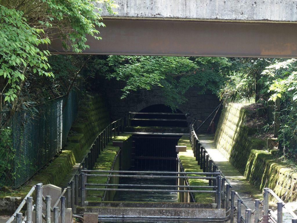 湖水がトンネルに飲み込まれる