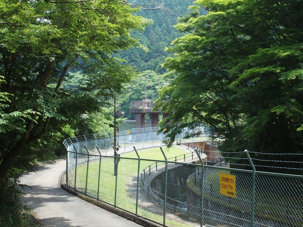 用水路はフェンスで囲まれている
