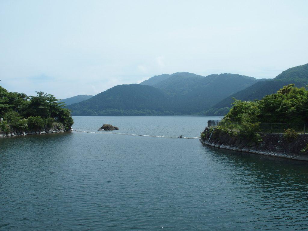 湖水が狭められた先に水門が設置されている