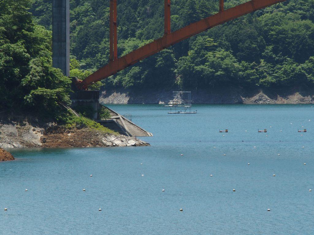 通常の夏の水位と橋台