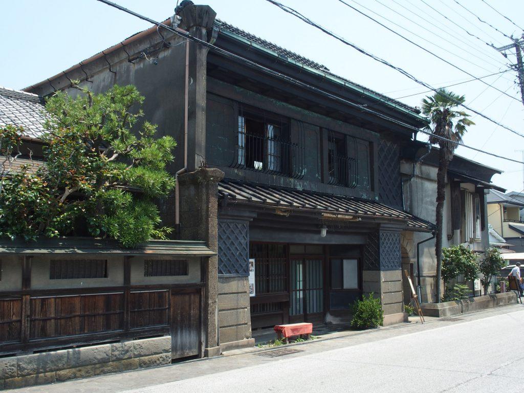 旧東海道に面した店舗と玄関