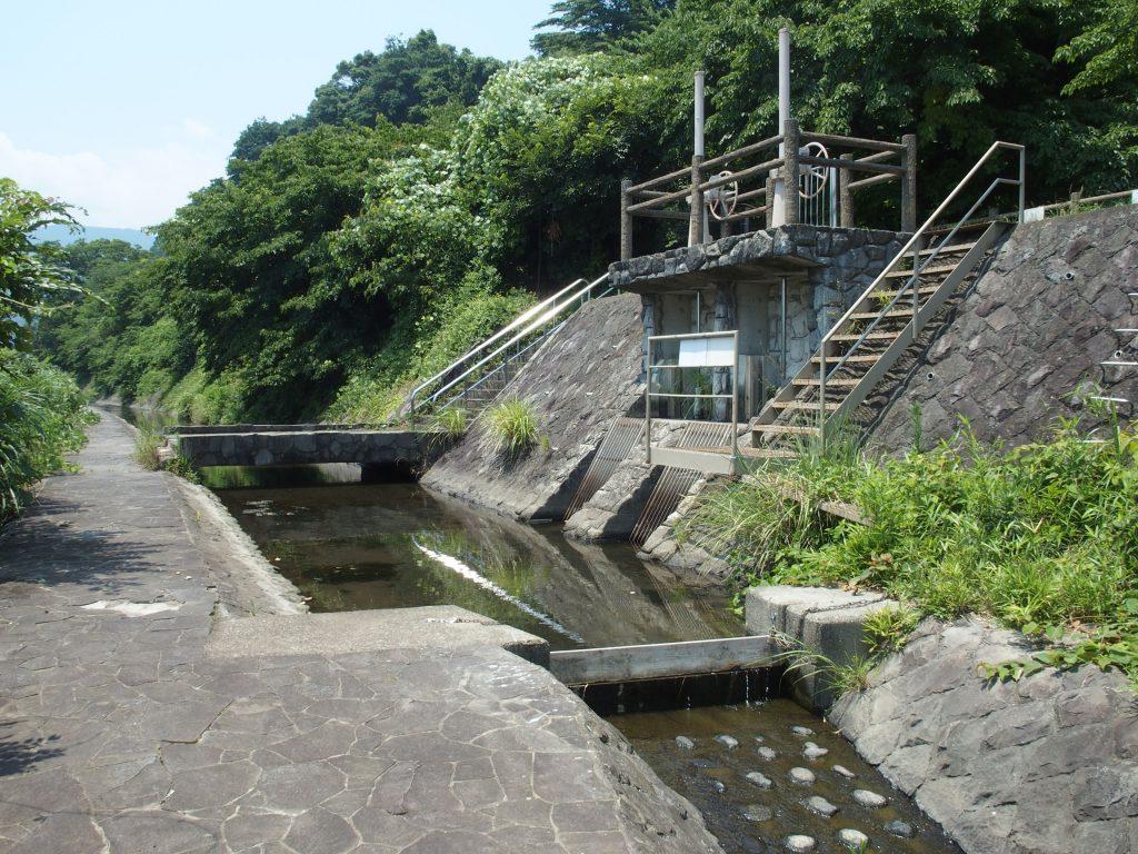 右側の水門が小田原用水に続く
