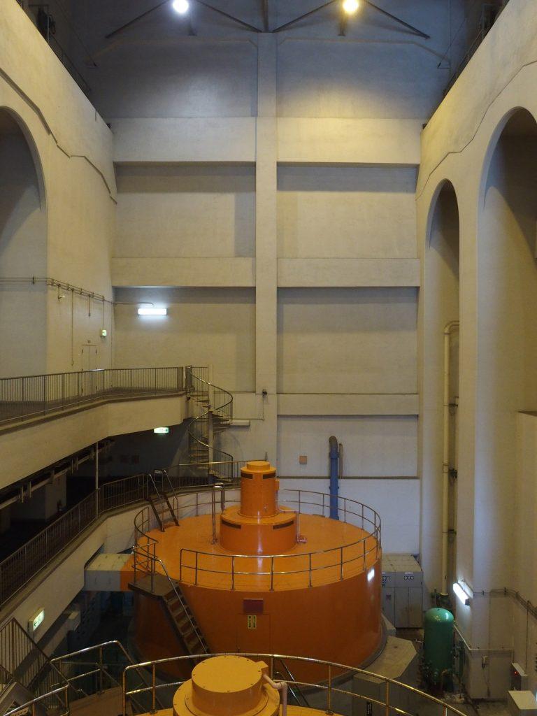 発電機と建屋内部