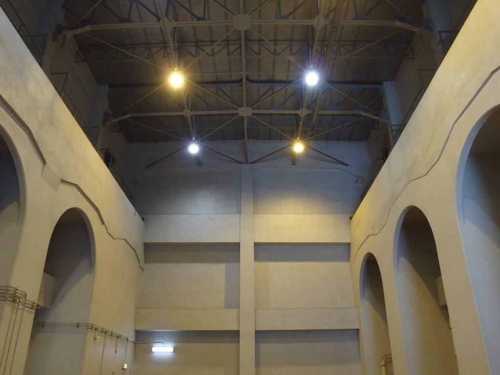 建屋内部のアーチ