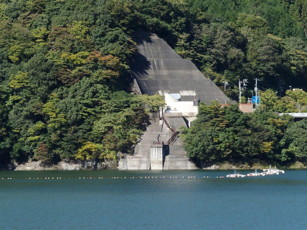 発電所と湖面、永歳橋