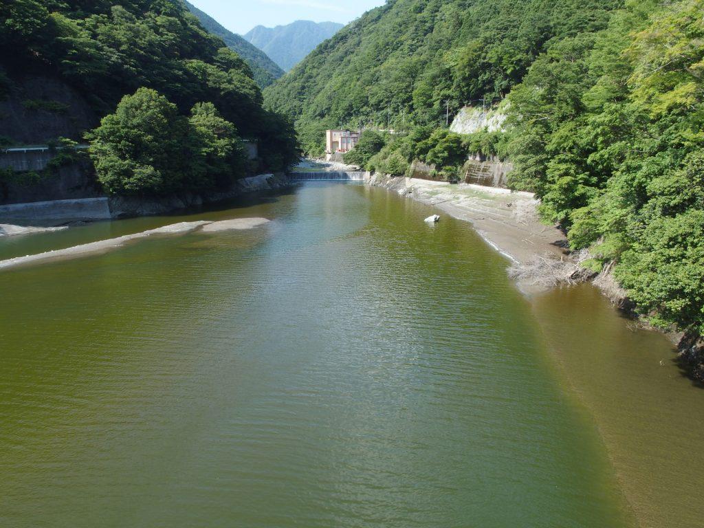 洪水期でも発電所下流の堰堤まで水が蓄えられている