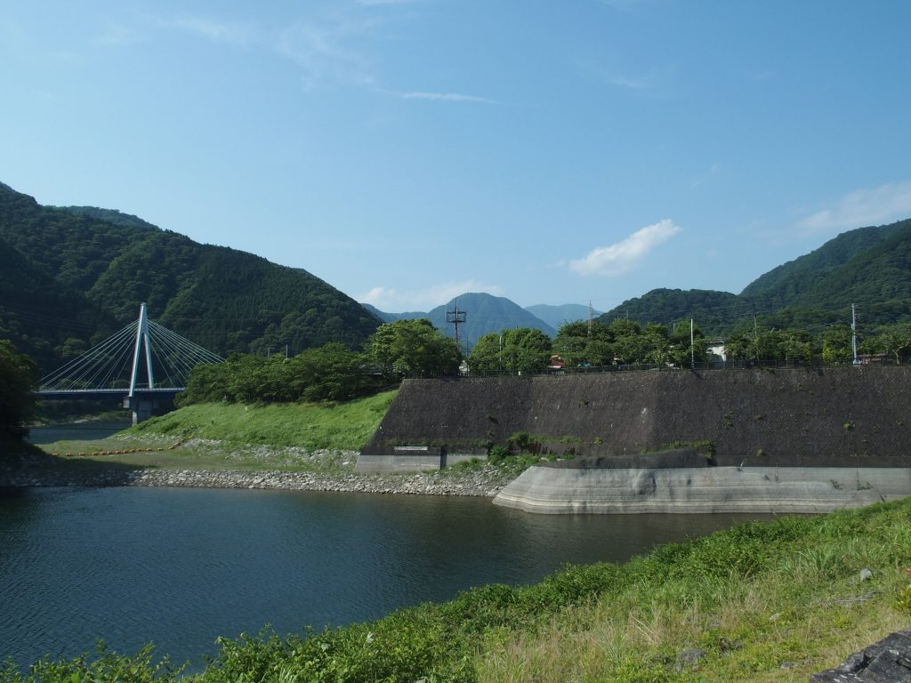 ダム堤体から永歳橋