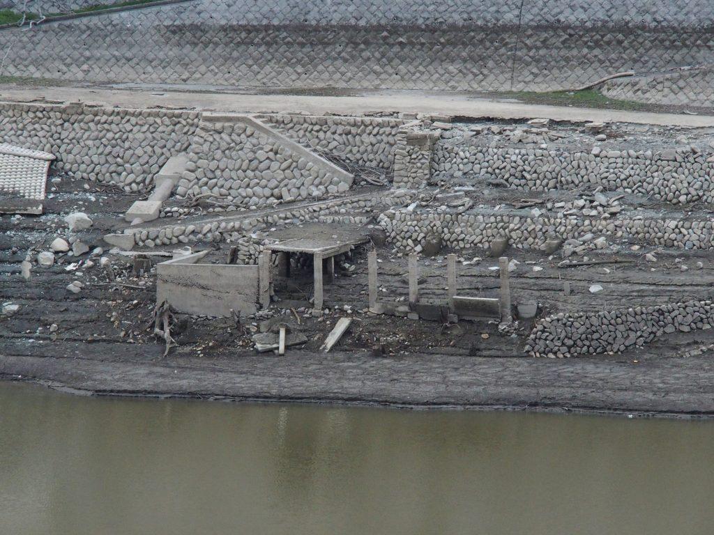 コンクリート建造物の遺構が見えている