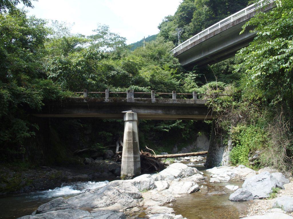 旧道の八丁橋を流れてくる水沢川