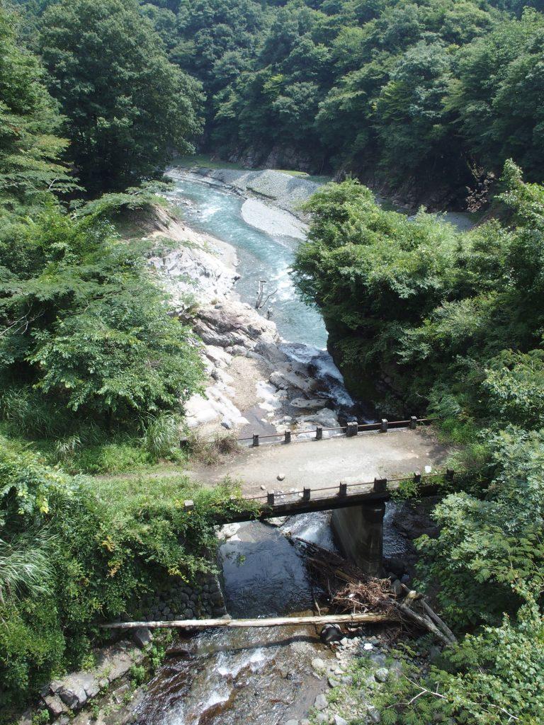 水沢川が旧道の橋をくぐり早戸川に合流