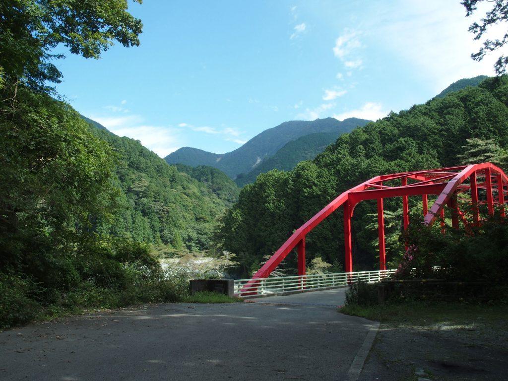 寄大橋から上流に水源林が広がる