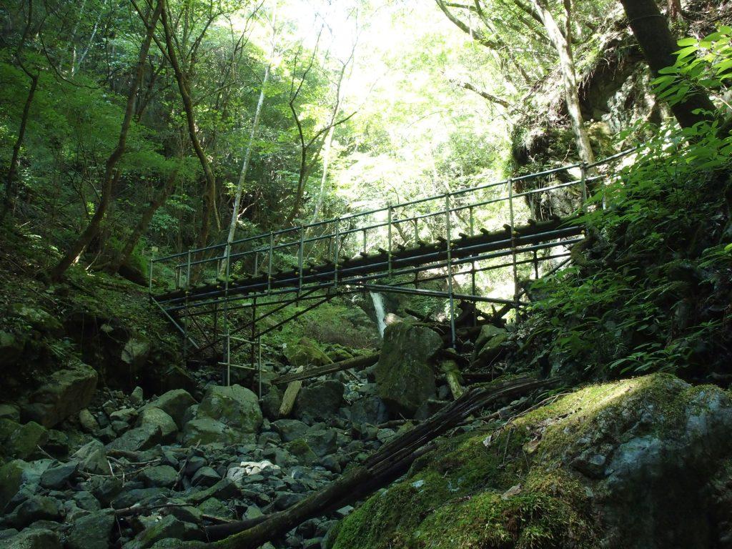 橋の奥には小滝がのぞいている