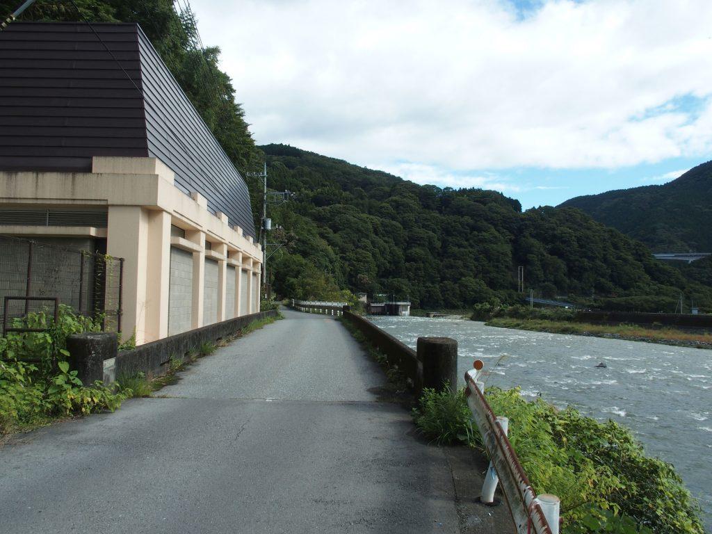 酒匂川に面した発電所
