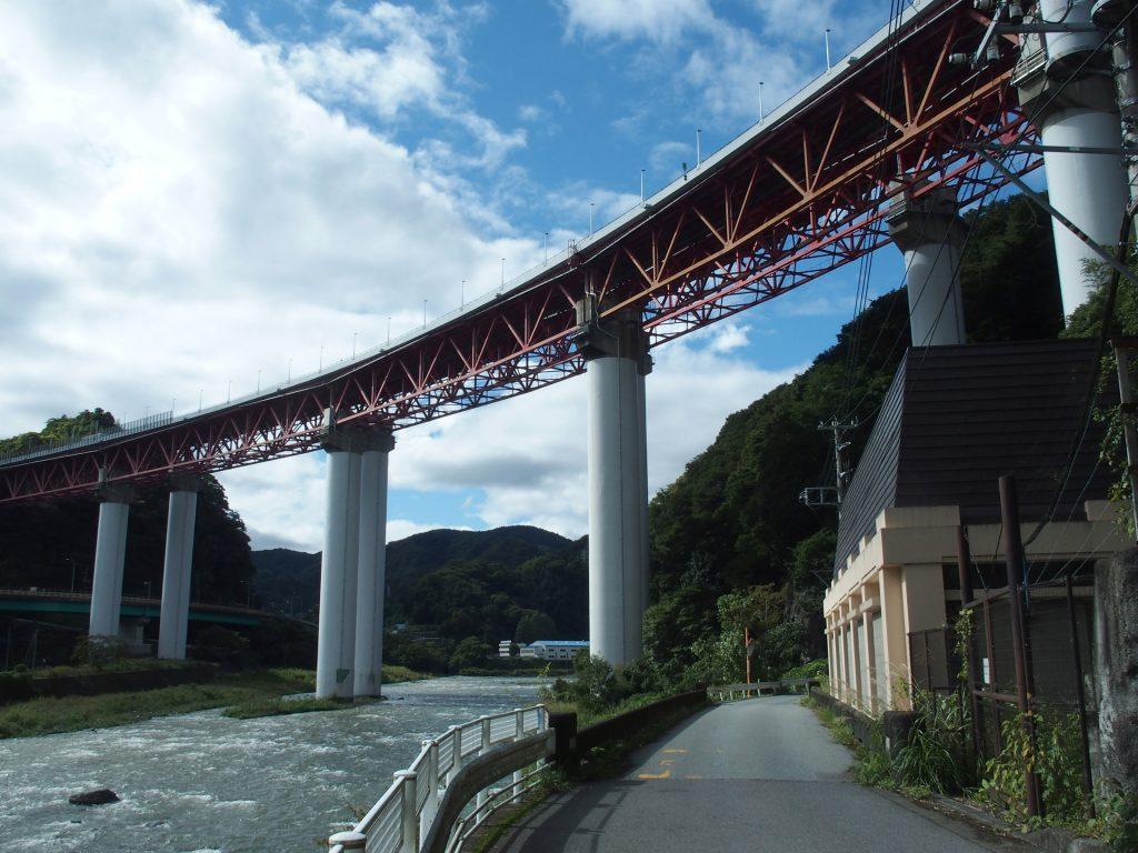 東名高速直下の発電所