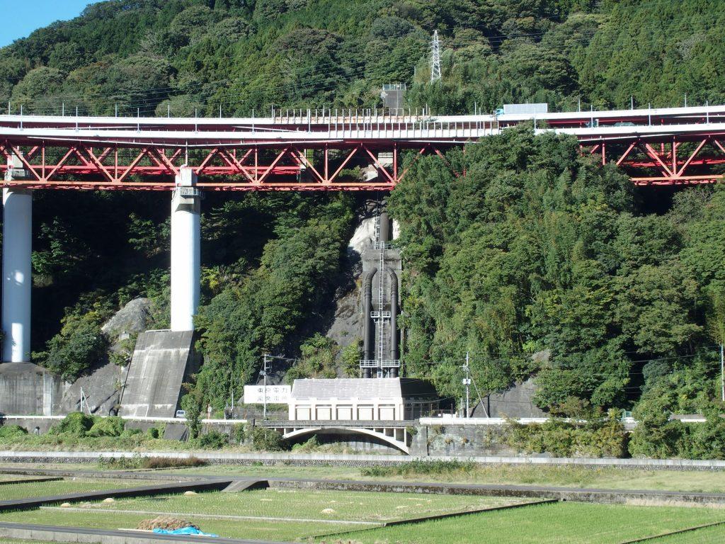 発電所の施設と東名高速道路が絡み合う