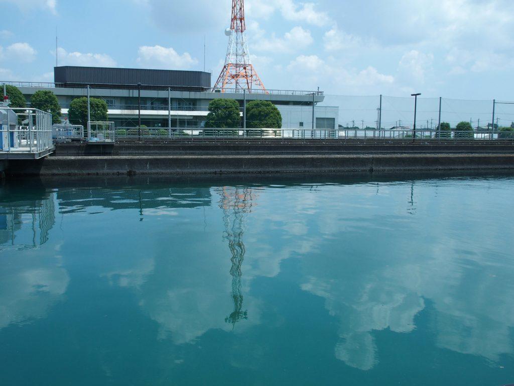 第3浄水場本館のアンテナがランドマーク