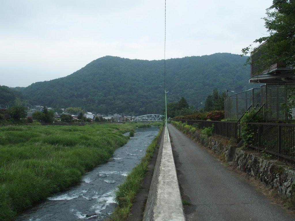 跡地に隣接して中津川が流れる