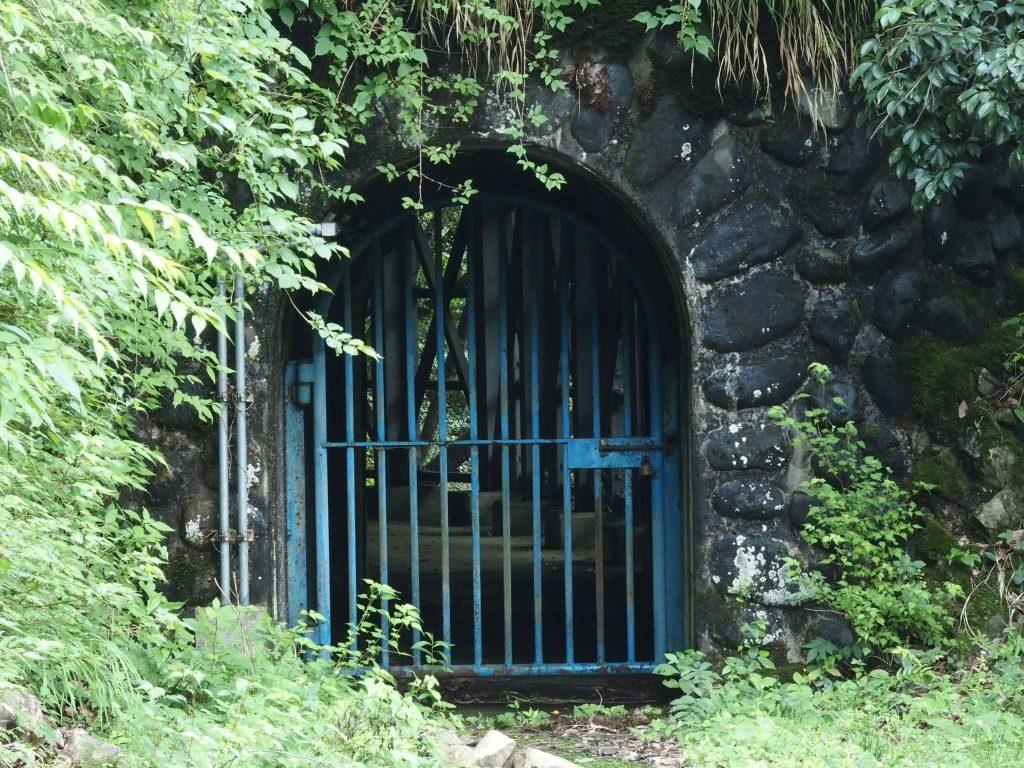 このトンネルの先が水源だ