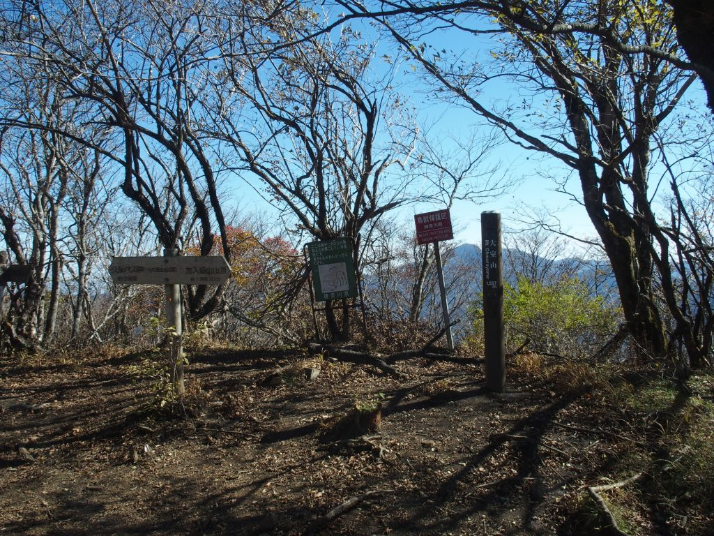 山頂標識の向こうに蛭ヶ岳