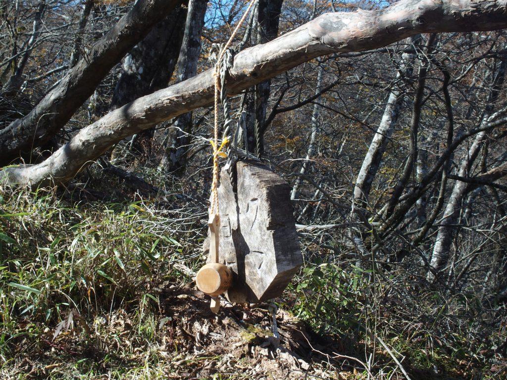木にぶら下げられたクマヨケ