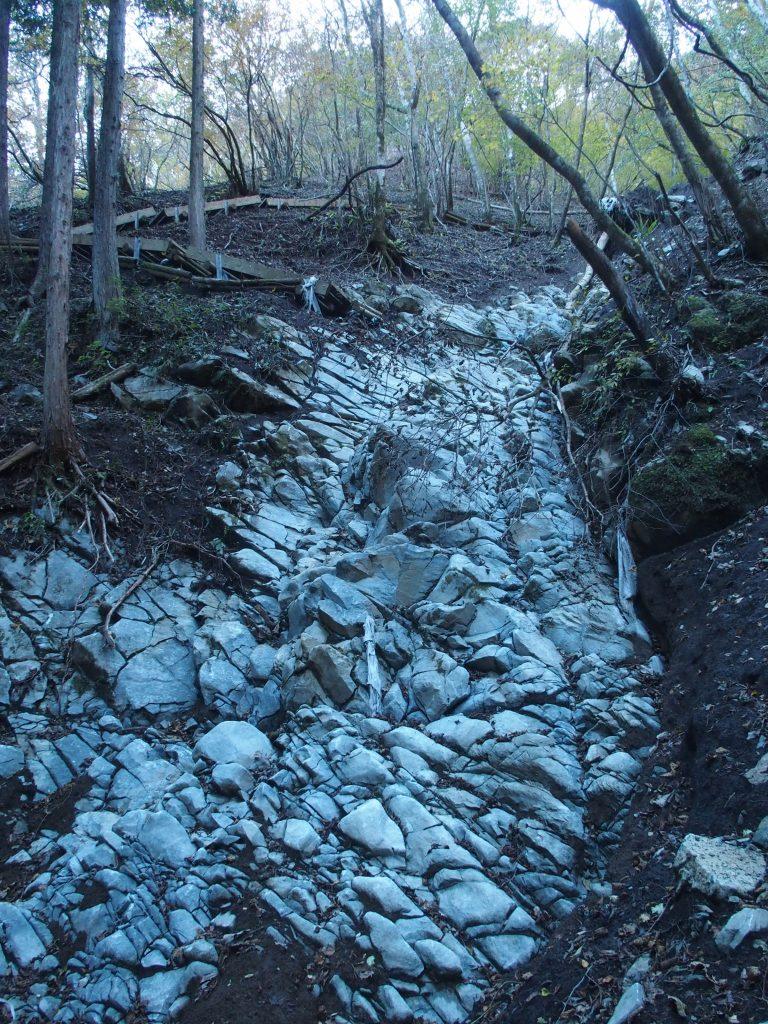 大理石の岩が露出