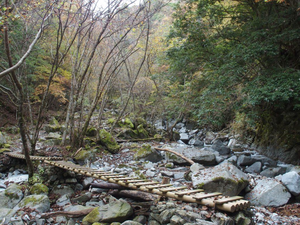 何度も木橋を渡る