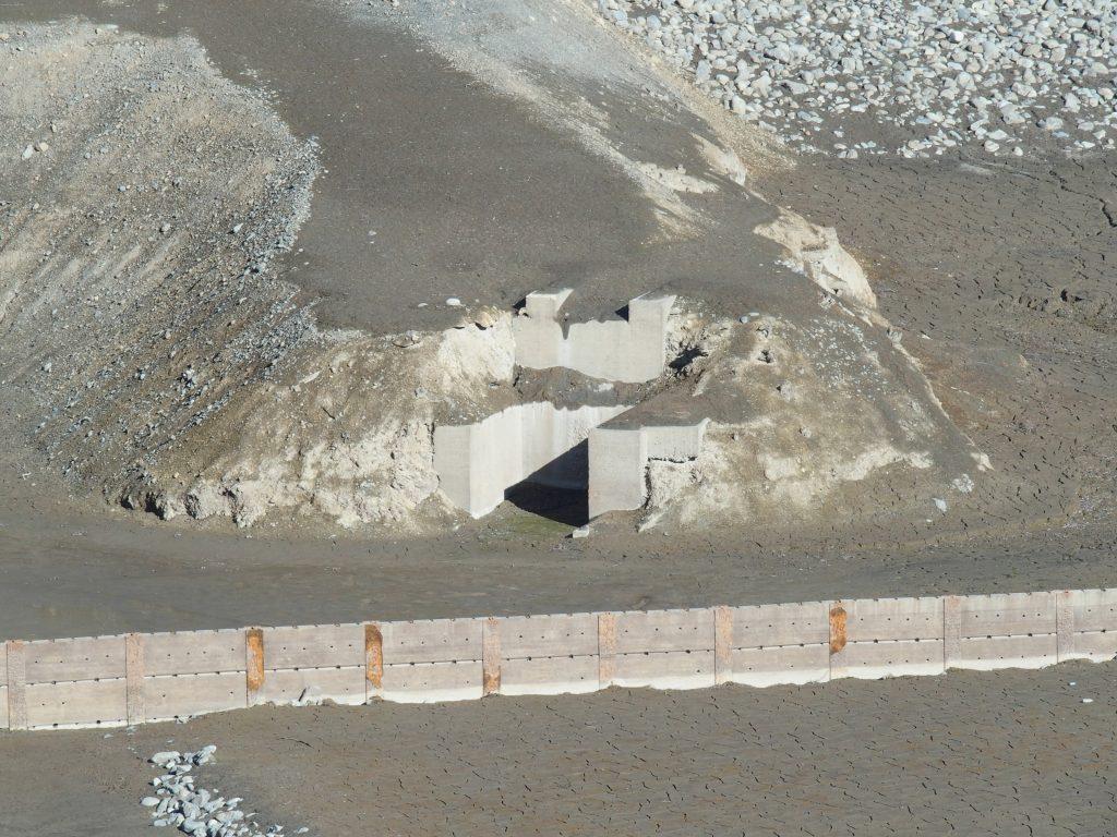 建設中はあの溝のような設備から排水