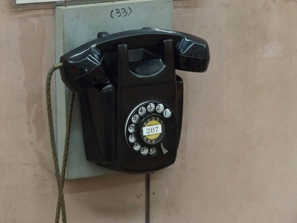 ダイヤル回す黒電話