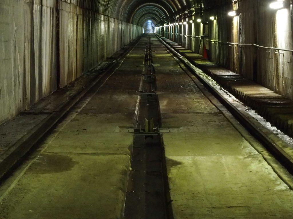 トンネルは直線