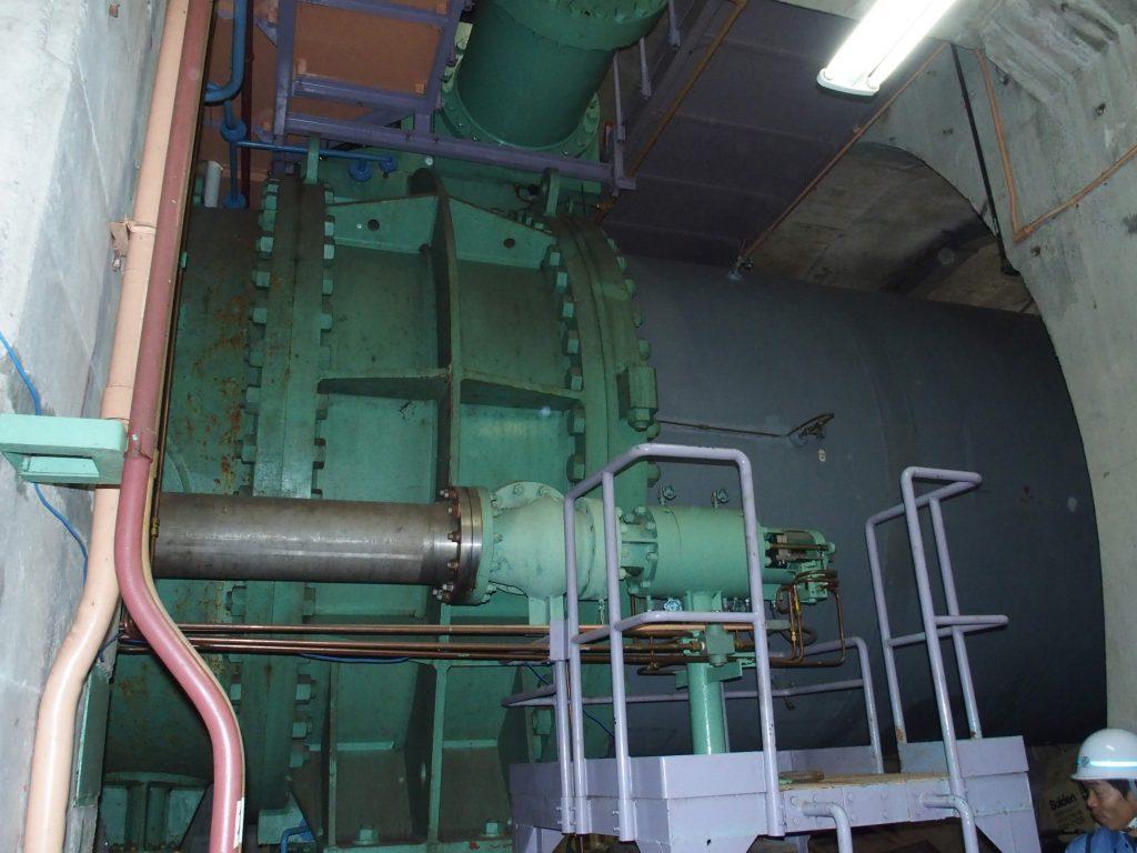 巨大な水圧鉄管
